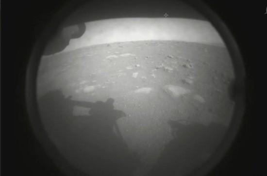 """NASA nuotr. / Pirmoji zondo """"Perseverance"""" nuotrauka iš Marso"""