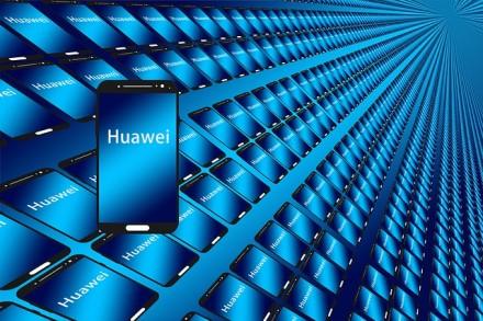 """""""Huawei"""" žada sumažinti išmaniųjų telefonų gamybą"""