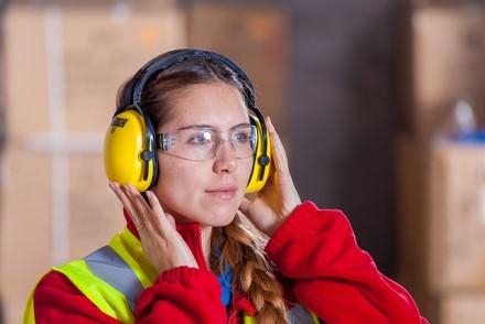 Kas penktas žmogus visame pasaulyje patiria klausos problemų dėl triukšmo darbo vietoje