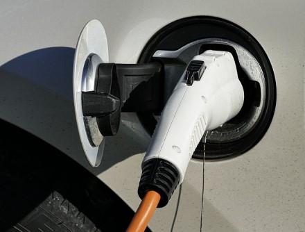 Kviečia dalimi įkrovimo stotelių pasinaudoti nemokamai – vertins elektromobilių vairuotojų įpročius