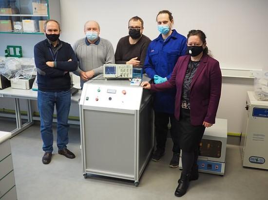 Elektroporatorių sukūrusi mokslininkų komanda / FTMC nuotr.