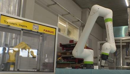Šiauliečiai vieni pirmųjų kuria COVID-19 robotą, pakeisiantį medikus: galės saugiai atlikti žmonių testavimą / LRT stop kadras