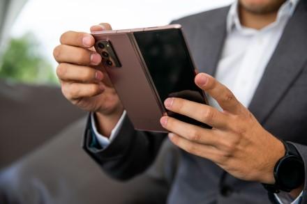 Sulenkiamieji telefonai: ar jie tokie pat patvarūs kaip tradiciniai išmanieji?