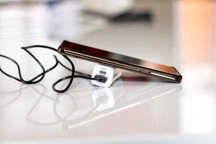 Vykstantiems atostogauti: kaip keliaujant greitai įkrauti telefono bateriją?
