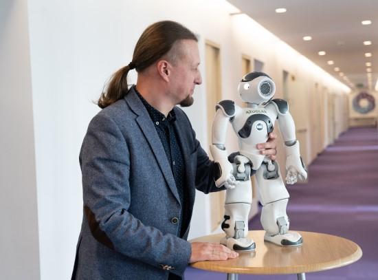 G. Navickas ir humanoidinis robotas Ąžuolas-NAO