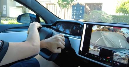 """Elonas Muskas nustebino: nauji """"Tesla"""" automobiliai turės """"ragus"""" vairo vietoje"""