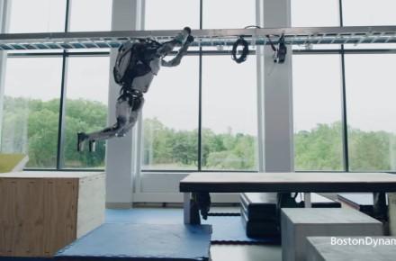 """""""Boston Dynamics"""" / """"Boston Dynamics"""" sukurtas robotas atlieka sudėtingus parkūto judesius"""