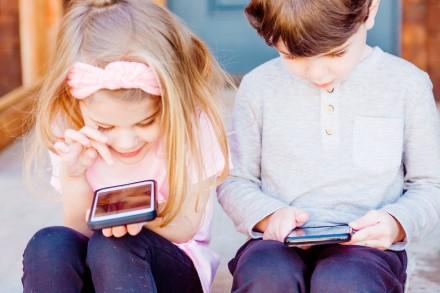Išmanusis telefonas mokykloje: 3 naudingi patarimai moksleivių tėvams