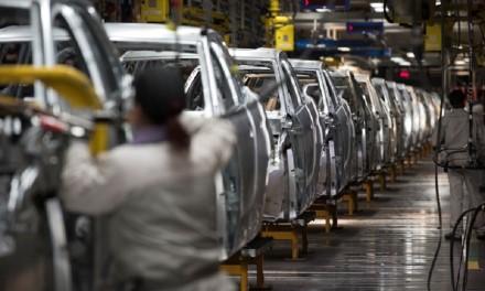 Pasaulinė mikroschemų krizė smogia visiems iš eilės: automobilių gamyba Europoje tampa vis labiau problematiška
