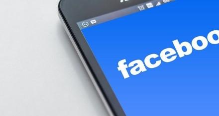 """""""Facebook"""" vėl turėjo atsiprašinėti – dirbtinis intelektas juodaodžius vadina primatais"""
