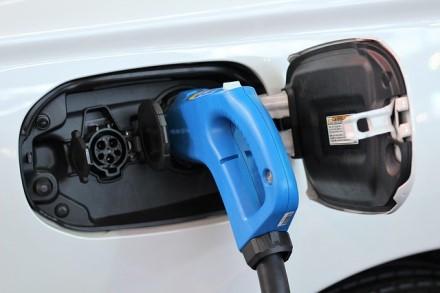 """Kodėl """"Tesla"""" niekada nenaudotų paketinių baterijų – cilindrinės yra tiesiog geresnės?"""