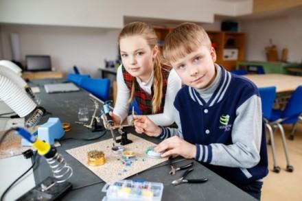Tęsiasi pernai pavasarį kilusi savanorių mokykloms iniciatyva: skelbiama nauja registracija