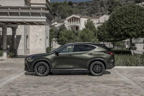 """""""Lexus"""" pristatė naująjį NX: bus ir hibridinis, ir įkraunamas iš tinklo – Lietuvoje pasirodys netrukus"""