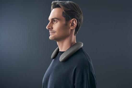 """""""Sony"""" pristatė alternatyvą ausinėms – ant kaklo dėvimą garsiakalbį """"SRS-NS7"""""""