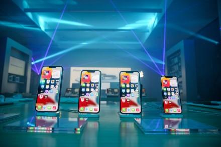 """Pirmą kartą naktinis naujojo """"iPhone"""" pristatymas vyko net dviejuose Lietuvos miestuose"""