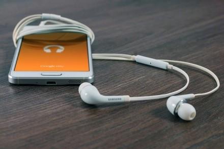Kokiose platformose geriausia klausytis muzikos ir kaip rasti norimą dainą tik iš jos melodijos