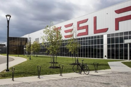 """""""Tesla"""" varo vokiečius iš proto: tikisi įspūdingų gamybos apimčių"""