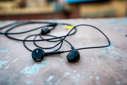 Pagrindinės priežastys, kodėl Jūsų ausys nemėgsta į jas įstatomų ausinių